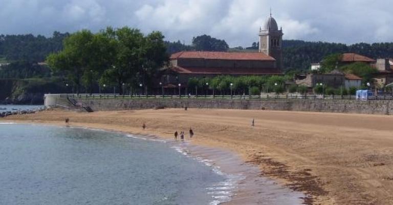 Fotografía de Luanco: Playa e iglesia de Santa Maria de Luanco