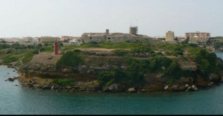 Picture Mahon: La isla del Rey en el Puerto de Mahón