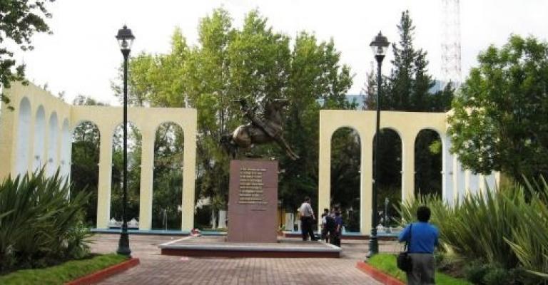 Foto von Hidalgo: Plaza del Charro en la Avenida Juarez