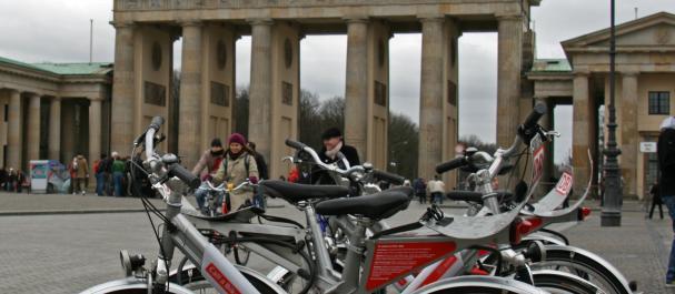 Picture Europe: Call a bike en la Puerta de Brandenburgo, Berlin