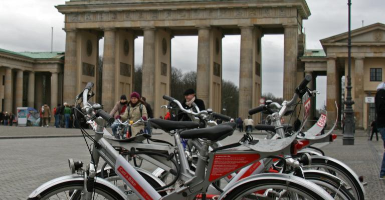 Picture Europe: Call a bike en la Puerta de Brandenburgo, Berlin